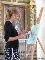 Photo montrant Patricia en train de réaliser une toile